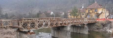 Dělníci rozebírají starý tišnovský most