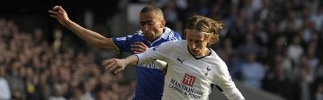 Tottenham - Chelsea: domácí Luka Modric (vpravo) a Jose Bosingwa z Chelsea.