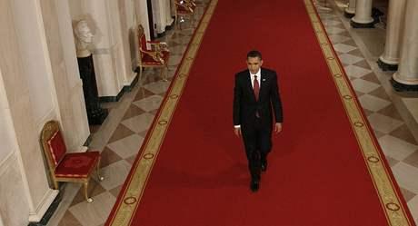 Barack Obama přichází na tiskovou konferenci v Bílém domě (24. březen 2009)