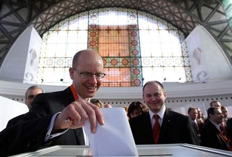 Bohuslav Sobotka při volbě místopředsedy ČSSD na sjezdu strany v Průmyslovém paláci (21. března 2009)