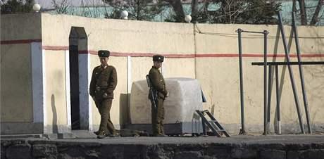 Severokorejští vojáci střeží severokorejskou hranici