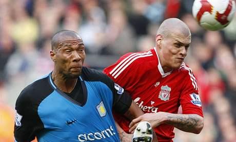 Liverpool - Aston Villa: hostující John Carew (vlevo) vs. domácí Martin Škrteľ
