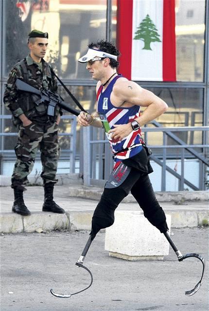 Brit Richard Whitehead sice nemá nohy od kolen dolů, přesto uběhne maraton v čase pod tři hodiny.