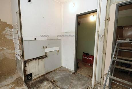 Koupelna je pryč - ještě je na řadě záchod