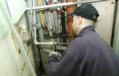 Instalatéři vyrobili nouzovou odbočku, aby mohli řemeslníci napouštět vodu