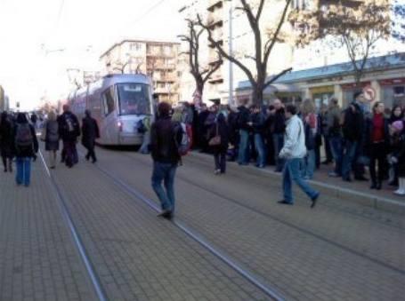Nával cestujicích, přestupujících na tramvaj ve stanici U Svobodárny kvůli uzavřné trase B metra