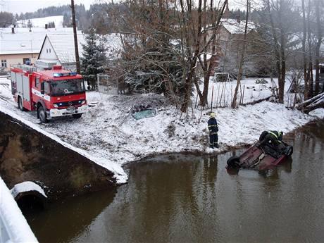 Škoda Felicie, jejíž řidič sjem v úterý ráno v Trhové Kamenici do Chrudimky (24. března 2009)