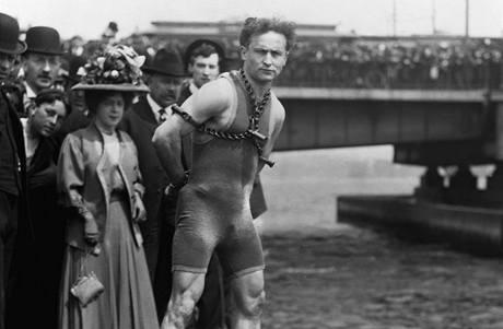 Harry Houdini a davy publika. Show legendárního mága byly velkolepé