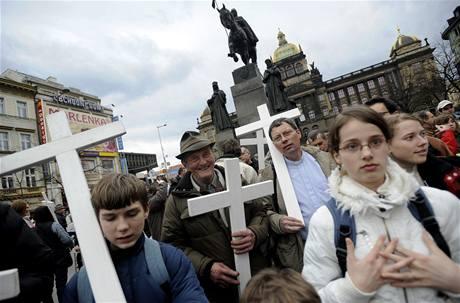 Centrem Prahy prošel Pochod za život. Asi tisícovka účastníků protestovala proti potratům. (28. března 2009)