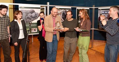 Autoři gorilí reality show přebírají cenu Greenpeace.