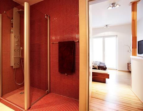 Horní podlaží s velkou koupelnou a ložnicí