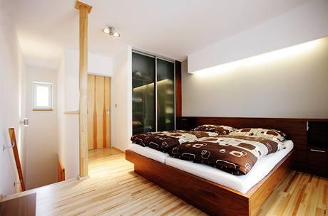 Charakter horského apartmánu podtrhuje dřevěná podlaha