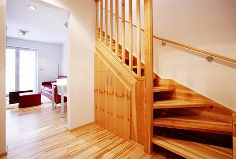 Pod schody vznikl příjemný úložný prostor