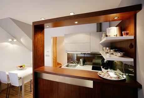 Bar odděluje kuchyni od obývací části