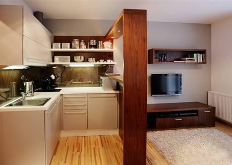 V kuchyňce lze pohodlně uvařit i pro čtyři strávníky, vše je po ruce