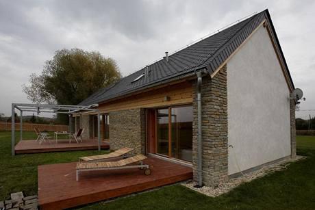 Větši terasu před obývacím pokojem kryje pergola z ocelových profilů, zastínění zabezpečuje textilní markýza s automatickým pohonem