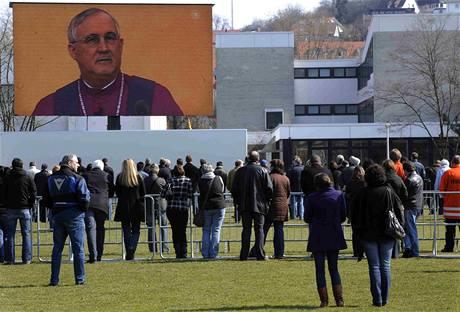 Smuteční bohoslužba za oběti ve Winnendenu je přenášena i na obřím plátně