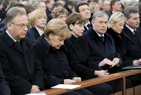 Na smuteční bohoslužbu do Winnendenu dorazil kancléřka Merkelová (druhá zleva) a prezident Köhler (třetí zprava)