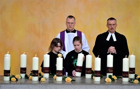 Studenti zapálili v kostele za každou z obětí jednu svíčku
