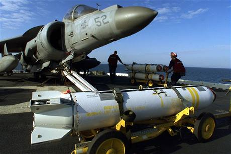 Vojáci připevňují protitankové střely na letouny Harrier, které poletí bombardovat Kosovo