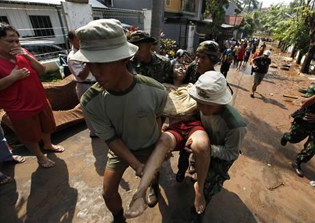 Po protrhnutí hráze v indonéské Jakartě zemřelo nejméně 50 lidí. (27. března 2009)