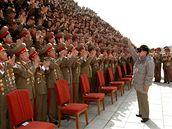 Kim Čong-il se při vojenské přehlídce zdraví s vojáky, kteří by byli v případě invaze v první linii