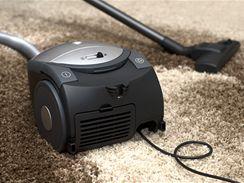 Málokterý vysavač si dobře poradí jak s kobercem, tak s tvrdou podlahou. Vybírejte tedy podle svých potřeb.