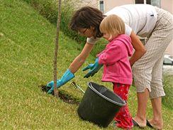 Práce na zahradě má svá specifika. Tělo při ní zapojuje svaly, o kterých kolikrát ani nevíme, že je máme. Dokud nezačnou bolet.