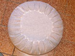Vlastní sedák bez povlaku - ušitý z obyčejného plátna, výplň tvoří pohankové slupky.