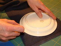 Kolečko na střed sedáku je z jednoho kusu látky. Snadno ho vystřihnete, když jako šablonu použijete vhodně velký talíř.