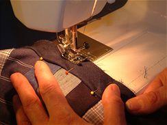 Povlak je zakončený tunýlkem, kterým provléknete šňůrku. Jejím stažením a zavázáním povlak na sedáku zafixujete.