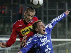 Brno - Olomouc: domácí Martin Kuncl (vlevo) v hlavičkovém souboji s Vojtěchem Štěpánem