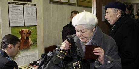 Rodiče Michaila Chodorkovského u soudu v Moskvě (31. března 2009)