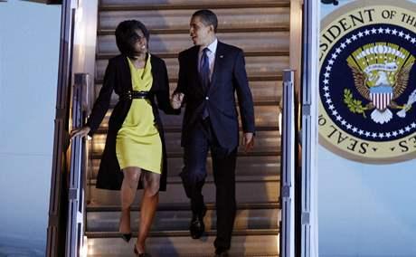 Barack Obama s manželkou přiletěl do Londýna. Začíná jeho první velká cesta