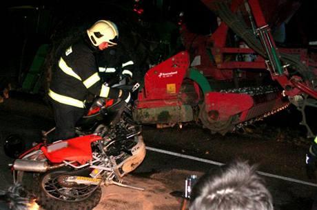 Tragická nehoda motocyklu a traktoru mezi Vlčnovem a Uherským Brodem (28.3.2009)
