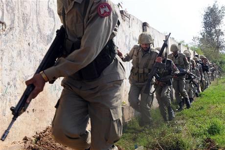 Pákistánské polovojenské jednotky směřují k policejnímu tréninkovému centru v Láhaur, na které zaútočili ozbrojenci. (30. března 2009)
