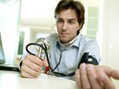 Ilustrační fotografie - Měření tlaku, infarkt, srdce, srdeční choroby