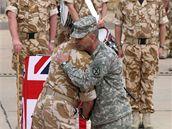 Britové předávají kontrolu na základnou v Basře Američanům