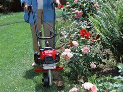 Vytvoření pevného okraje trávníku pomocí motorové frézy.