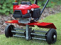 Organické zbytky, mech apod. můžete z trávníku vyčesat pomocí travního separátoru.