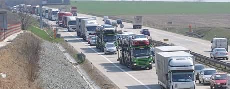 Kvůli havárii kamionu a auta na dálnici D1 ve směru do Brna u motorestu Rohlenka se vytvořila velká kolona