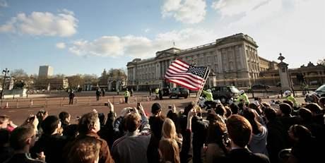 Barack Obama p�ij�d� na soukromou audienci do Buckinghamsk�ho pal�ce k britsk� kr�lovn� (1. dubna 2009)