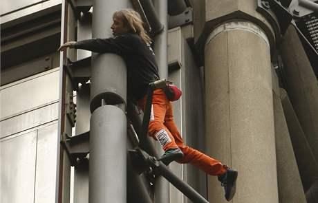 Francouz Alain Robert šplhá při demonstracích na budovu finančního ústavu Lloyds v Londýně. (2. duben 2009)