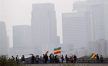 Průvod demonstrantů směřuje k centru Excel ve východním Londýně, kde zasedají lídři zemí skupiny G20. (2. dubna 2009)
