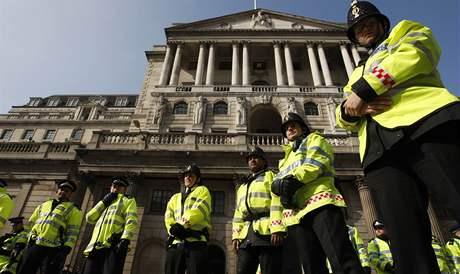 Londýnští policisté stráží centrální banku (2. dubna 2009)