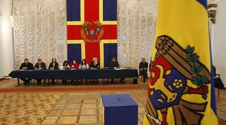 Volební komise v Kišiněvě čeká na první voliče. (5. duben 2009)