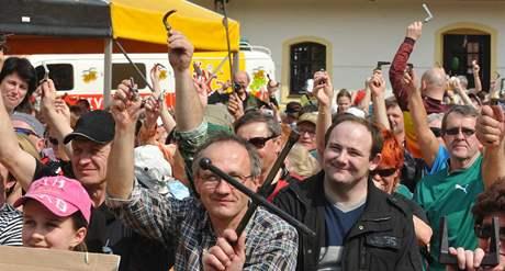 Zahájení turistické sezony v Moravském krasu proběhlo dnes na nádvoří pivovaru v Černé hoře. Tam se sešlo několik set turistů s různými kliami, kterými pomyslně otevřeli turistickou sezonu