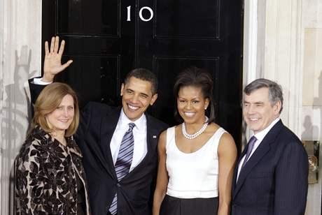 Barack Obama a Gordon Brown s manželkami před večeří v Downing Street číslo 10