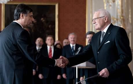 Premiér Jan Fischer s prezidentem Václavem Klausem poté, co složil do jeho rukou slib (9. dubna 2009)