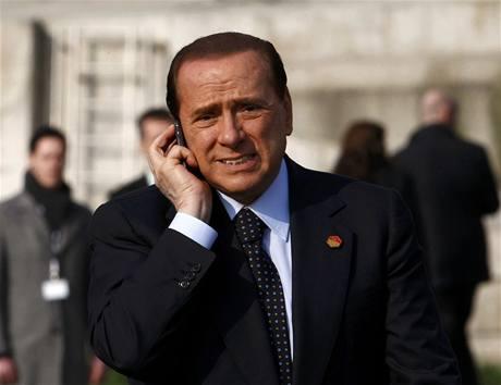 Italsk� premi�r Silvio Berlusconi kv�li telefonn�mu hovoru ignoroval v�t�n� st�tn�k� na most�.